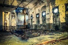 与圆的窗口的被放弃的大厦 免版税库存照片