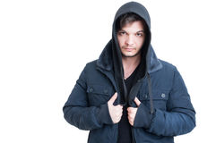 穿黑戴头巾运动衫和夹克的年轻人画象 免版税库存图片