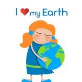小女孩拥抱地球容忍世界地球日爱 免版税库存图片