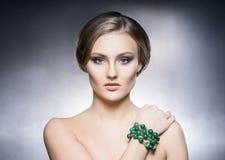 Πορτρέτο του όμορφου κοριτσιού στα λαμπρά κοσμήματα Στοκ Εικόνα