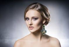Πορτρέτο του όμορφου κοριτσιού στα λαμπρά κοσμήματα Στοκ Φωτογραφία
