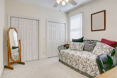 卧室或家庭办公室 免版税图库摄影