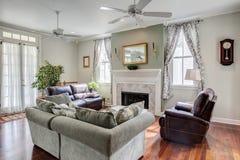 有壁炉的美丽的客厅 图库摄影