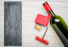 Ανοιγμένο μπουκάλι κρασιού με το κόκκινο διάστημα ετικετών και αντιγράφων Στοκ Εικόνες