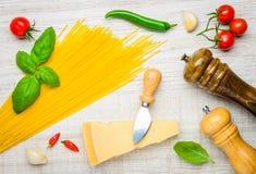 Ιταλικά κίτρινα μακαρόνια κουζίνας με το τυρί παρμεζάνας Στοκ Εικόνες