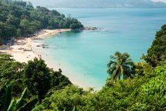 卡玛拉海滩海湾全景在普吉岛 免版税库存照片
