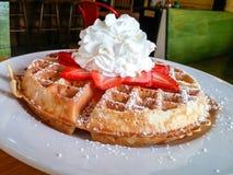 奶蛋烘饼用草莓和打好的奶油 库存照片
