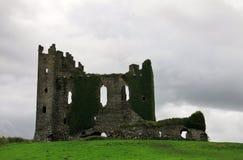 一座老石城堡的废墟在爱尔兰 库存图片