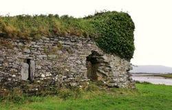 一座老石城堡的废墟在爱尔兰 免版税库存照片