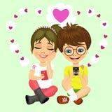 有传送爱信息的玻璃和女孩的年轻少年男孩 库存照片