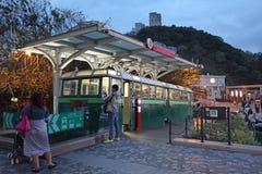 Παλαιό μέγιστο τραίνο στο μέγιστο ορόσημο Βικτώριας τή νύχτα, Χονγκ Κονγκ Στοκ εικόνες με δικαίωμα ελεύθερης χρήσης