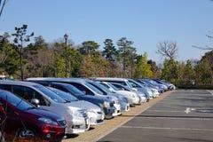 在停车场的汽车在东京,日本 免版税库存照片