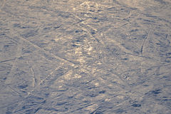 滑雪背景-在滑雪倾斜的下坡滑雪轨道-滑雪在滑雪倾斜落后 免版税图库摄影