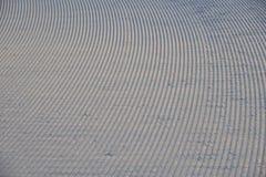 滑雪背景-在滑雪倾斜的下坡滑雪轨道-滑雪在滑雪倾斜落后 免版税库存照片