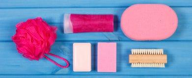 辅助部件和化妆用品个人卫生的在卫生间里,身体关心的概念 免版税库存图片