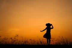 Χαλαρώστε τη γυναίκα στον πράσινους τομέα και το ηλιοβασίλεμα ρυζιού Στοκ φωτογραφίες με δικαίωμα ελεύθερης χρήσης