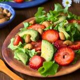 Φράουλα, αβοκάντο, σαλάτα μαρουλιού με τα καρύδια των δυτικών ανακαρδίων Στοκ Φωτογραφία