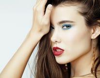 有红色嘴唇和钉子的性感的秀丽女孩 诱惑组成 有蓝眼睛的豪华妇女 时尚浅黑肤色的男人画象 免版税库存图片