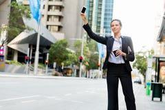 Портрет такси бизнес-леди заразительного Стоковые Изображения