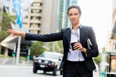 Портрет такси бизнес-леди заразительного Стоковая Фотография RF
