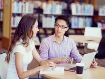 图书馆的两名年轻学生 免版税图库摄影