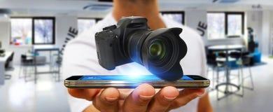 使用现代照相机的年轻人 免版税库存照片
