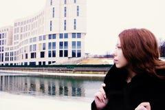 享受她的时间的美丽的女孩外面在冬天公园 图库摄影