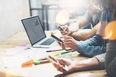 移动世界 照片年轻业务经理乘员组与新的起始的项目一起使用 在木桌上的笔记本 使用现代 免版税库存图片