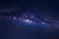 与星的美好的银河和空间在夜空拂去灰尘 库存图片