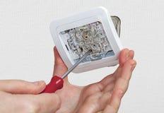 更换开关,登上的轻的电子开关,连接导线 免版税库存图片