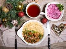 Μεσημεριανό γεύμα που τίθεται μεταξύ των διακοσμήσεων διακοπών Στοκ εικόνα με δικαίωμα ελεύθερης χρήσης