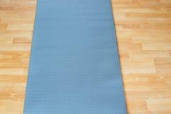 厚实的反滑动蓝色健身瑜伽实践或凝思席子  库存图片
