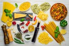 Ιταλικά ζυμαρικά κουζίνας και μαγειρεύοντας συστατικά Στοκ Εικόνες