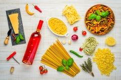 Αυξήθηκε κρασί, ιταλικά ζυμαρικά και τυρί παρμεζάνας Στοκ Φωτογραφίες