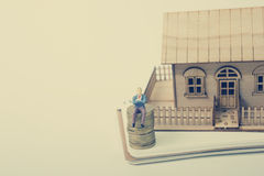 住房购买和保险的概念 庄园舱内甲板房子实际租金销售额 金黄硬币,式样房子 复制文本的空间 免版税库存图片