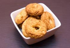 在方形的碗的曲奇饼在板岩 库存图片