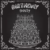 对生日聚会的邀请与在黑板的生日蛋糕 免版税库存图片