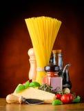Ιταλικά μακαρόνια κουζίνας και τυρί παρμεζάνας Στοκ φωτογραφία με δικαίωμα ελεύθερης χρήσης