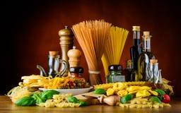 Ιταλικά τρόφιμα κουζίνας με τα ζυμαρικά Στοκ Φωτογραφίες