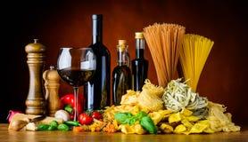 Μεσογειακά τρόφιμα κουζίνας με το κρασί και τα ζυμαρικά Στοκ Εικόνες