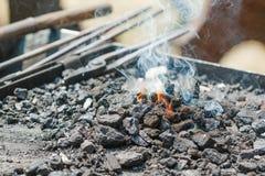 Κινηματογράφηση σε πρώτο πλάνο της θέσης πυρκαγιάς μετάλλων με τη φλόγα Στοκ Εικόνες