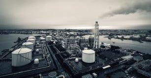 横滨液化天然气民用煤气供应商在一个雨天 库存照片