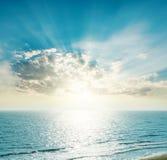 在天际的朝阳在蓝色海 免版税库存照片