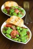 Ευρύ φασόλι, σαλάτα μπιζελιών, ντοματών και μπέϊκον Στοκ Φωτογραφία