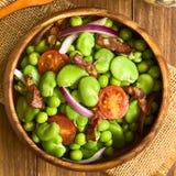 Ευρύ φασόλι, σαλάτα μπιζελιών, ντοματών, κρεμμυδιών και μπέϊκον Στοκ εικόνα με δικαίωμα ελεύθερης χρήσης