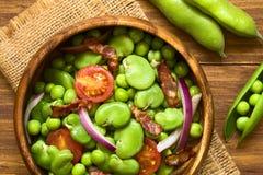 Ευρύ φασόλι, σαλάτα μπιζελιών, ντοματών, κρεμμυδιών και μπέϊκον Στοκ φωτογραφία με δικαίωμα ελεύθερης χρήσης