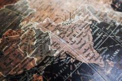 在葡萄酒裂缝纸背景的印度地图 库存图片