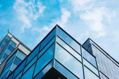 对玻璃高层建筑物摩天大楼钢青色背景的全景广角看法在现代未来派街市 免版税库存照片