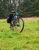 Путешествовать велосипед на предпосылке леса в горах Стоковая Фотография RF