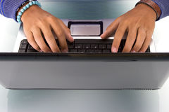 膝上型计算机人工作 免版税库存照片